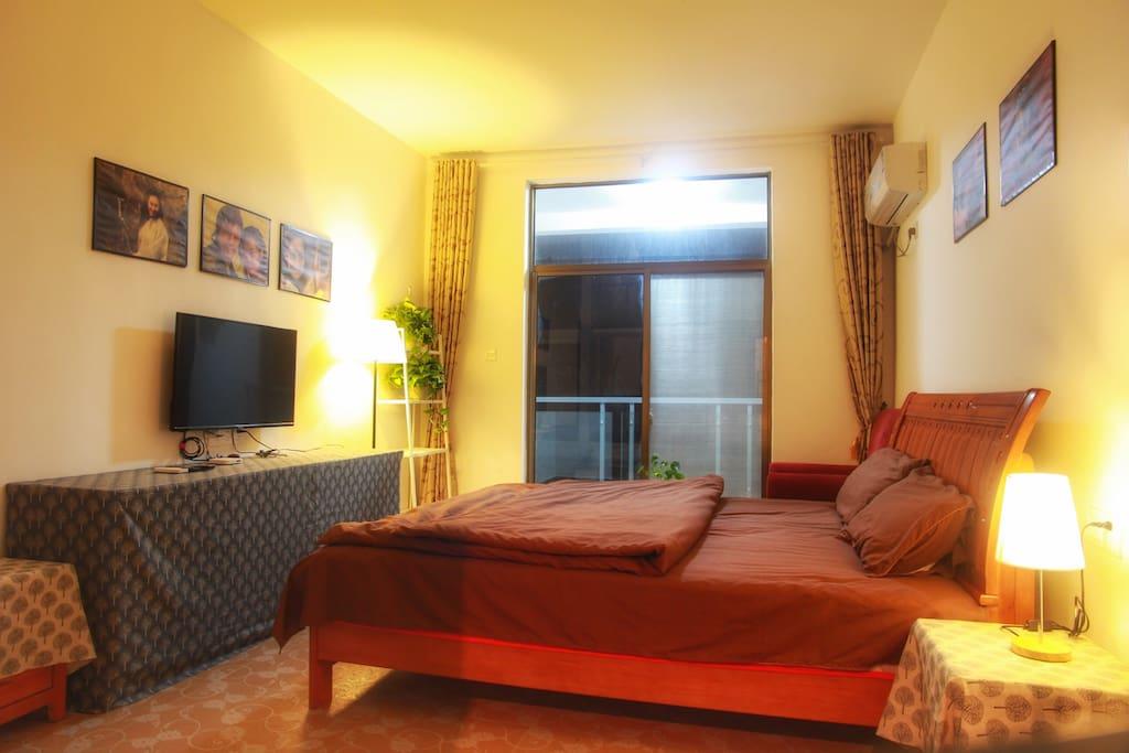 1.8米大床房,带阳台,可直接远观黄山美景。房间带独立卫生间,空调,wifi,tv。
