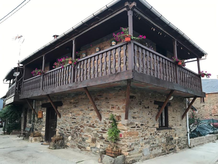 Vista general de la fachada de la casa
