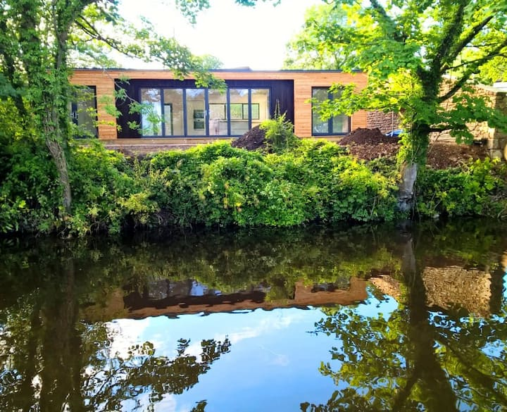 Stunning canal side, eco cottage, near Lancaster