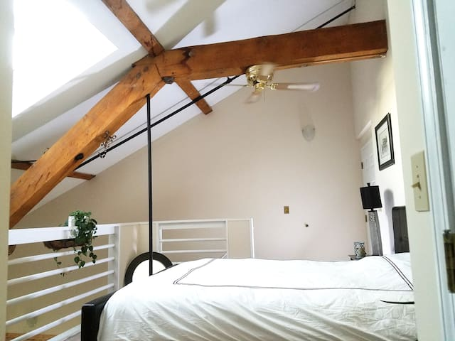 Artsy loft by the river - Beacon Falls - Appartement