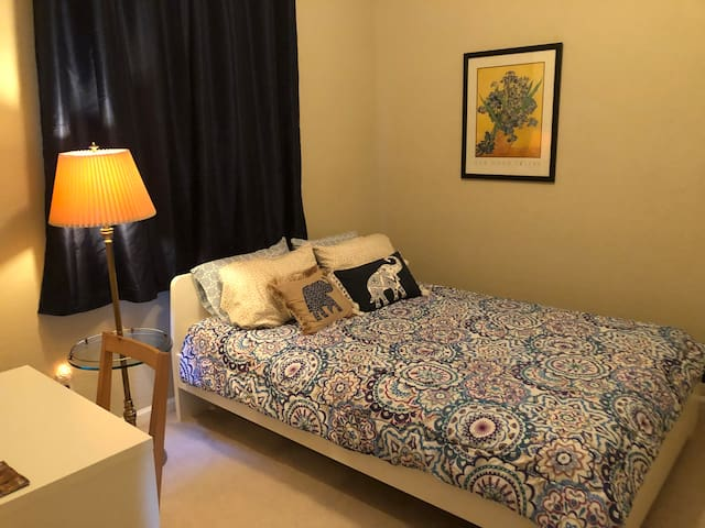 Queen bed/bath in private home/gated community
