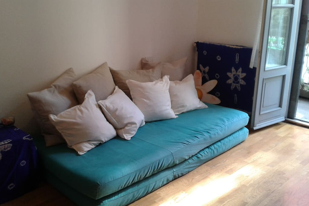 Ampio e comodo divano ricco di cuscini dove vi potrete rilassare leggendo un buon libro