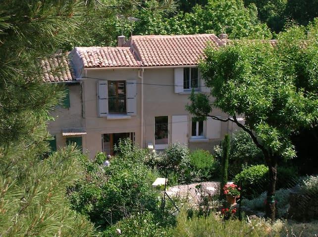 En pleine verdure au cœur d'un village provençal - Cucuron