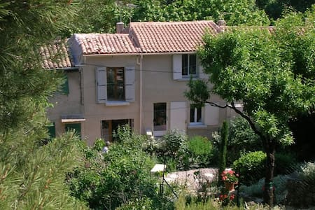 En pleine verdure au cœur d'un village provençal - Cucuron - Rumah