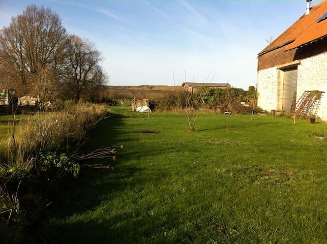 Vue sur le jardin: au loin, notre magnifique roulotte toute éco-construite...d'autres photos de la roulotte arrivent.