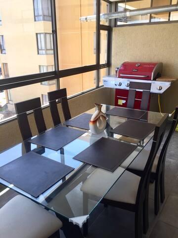 Comedor + parrilla ubicado en el balcón