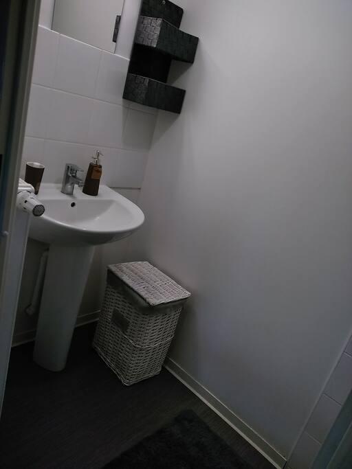 Cette salle de bain privée vous est offert pendant votre séjour avec shampoing, gant neuf et savon à votre disposition.