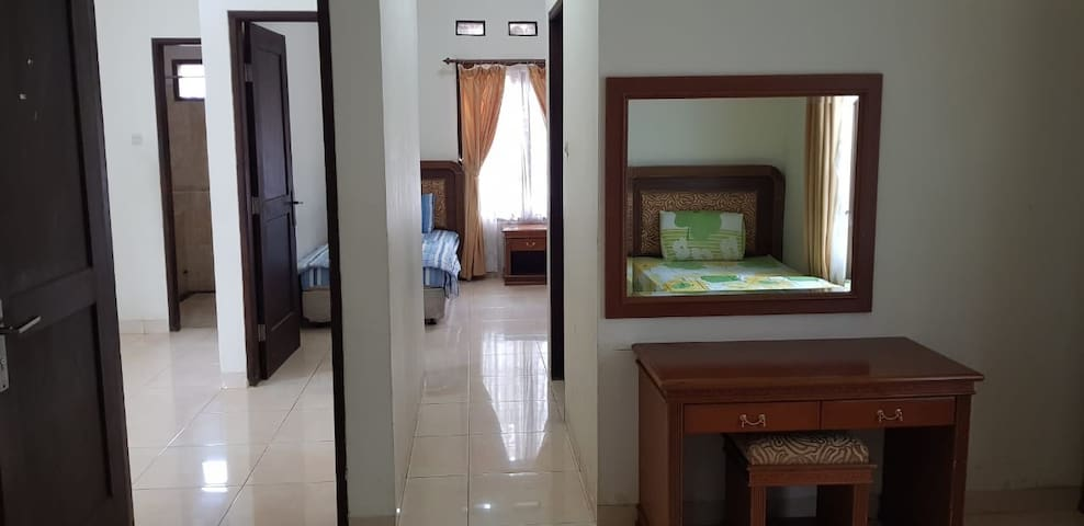 2 kamar connecting, setiap kamar mempunyai 2 kasur dan ada kamar mandi di tengah-tengah. Jendela menghadap parkiran atau pintu masuk utama