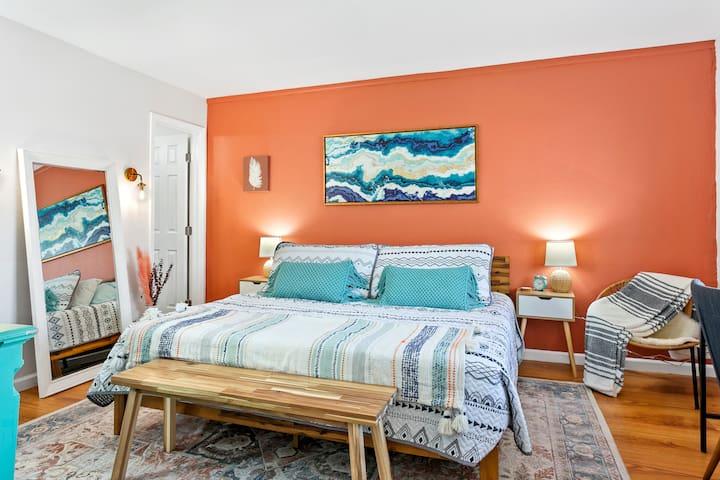 King-size bedroom, with new Casper mattress