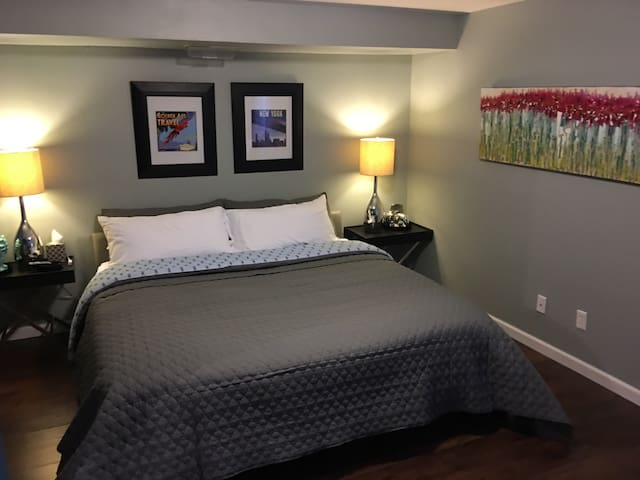Private Suite with King Bed and bath - Billings