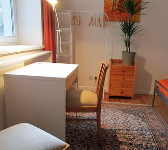 a quiet room with nice gardenview. - Rostock - Apartment