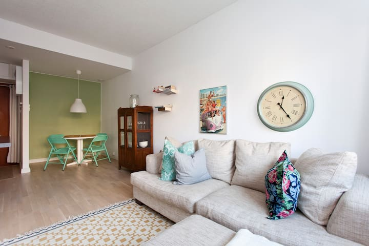 Lovely apartment 20 mins away from city!