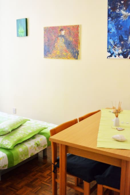 Double room with a comfortable bed and table for your work or dinner!
