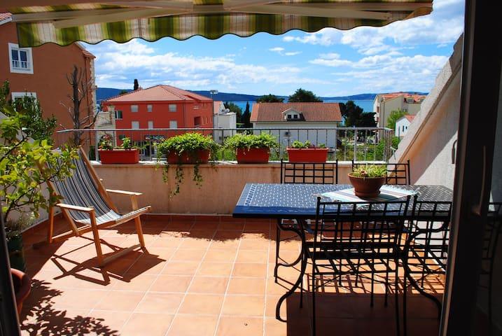 An ap with a beautiful roof terrace - Kaštel Gomilica - Appartamento