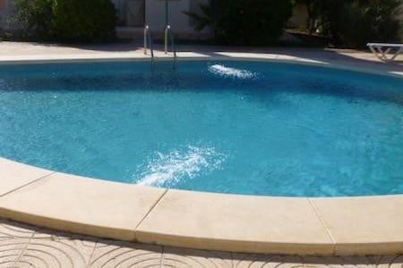 032. Casa con piscina comunitaria - Calabardina
