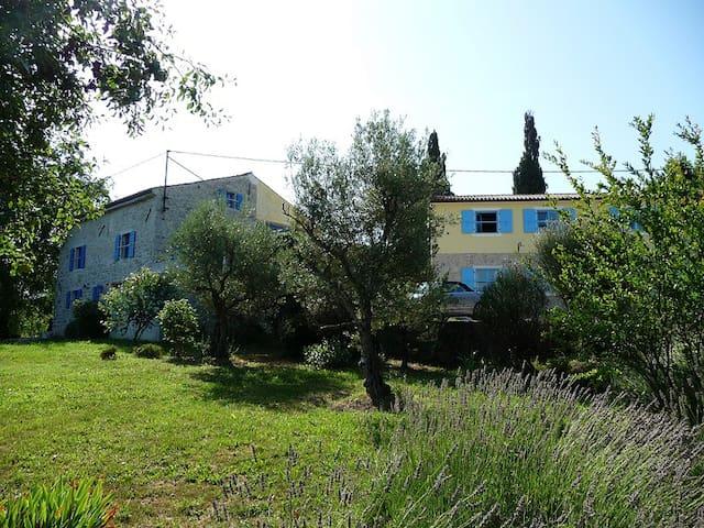 Ferienhaus mit Riesengarten & Pool