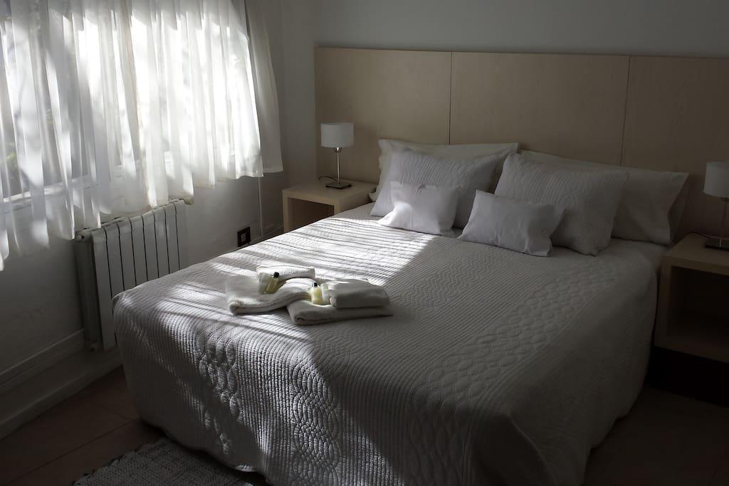 Si son 3 amigos o amigas, podemos dividir la cama en dos individuales.