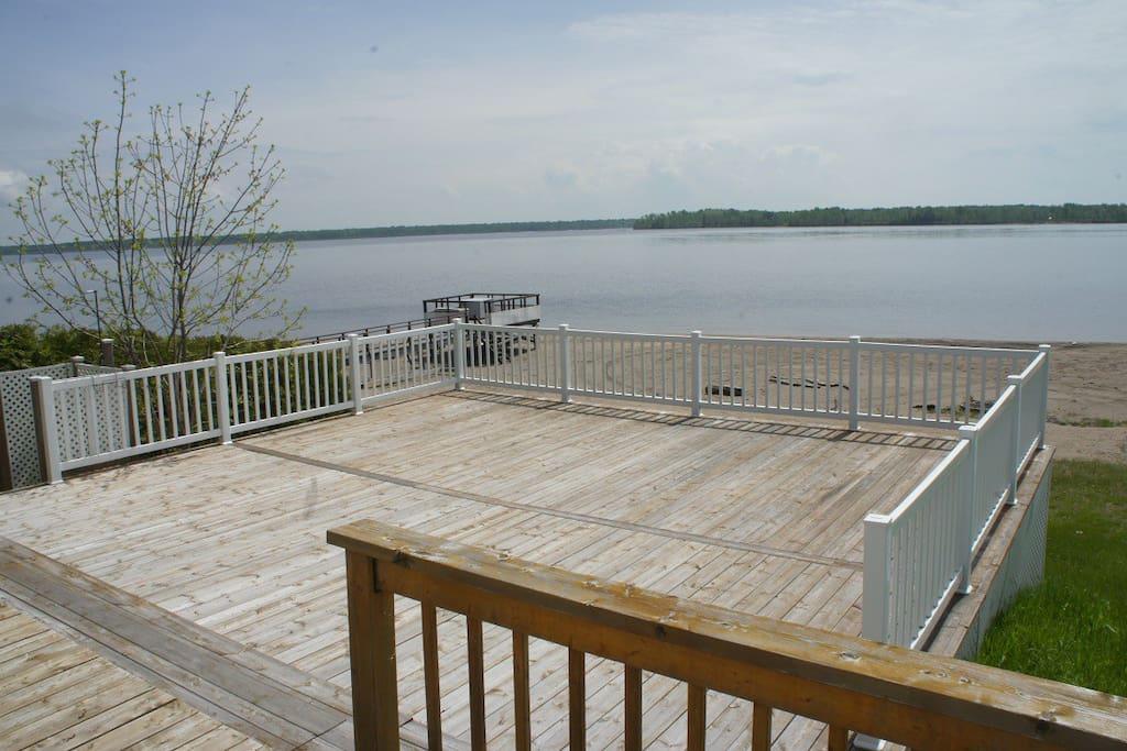 Grande terrasse 20X20 offrant une vue imprenable sur la plage et le Lac-St-Jean.