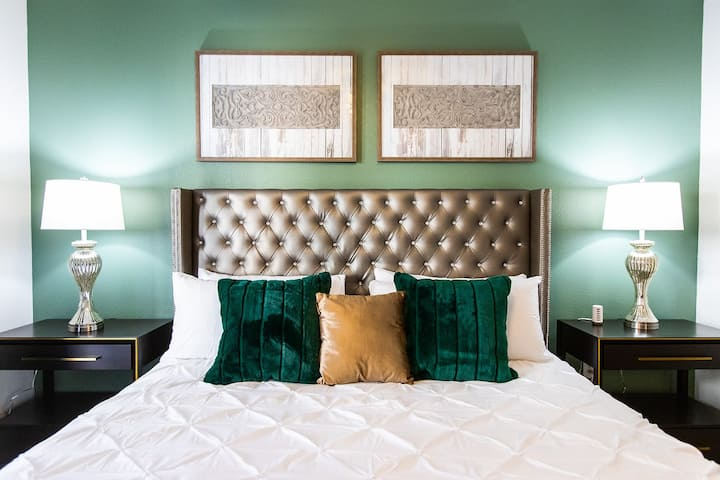 Great Gatsby Glam | Walk to Katy Trail | Knox District | King Bed