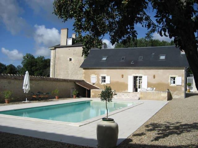 Au bord de la Creuse, Maison d'amis avec piscine. - Ruffec - Hus