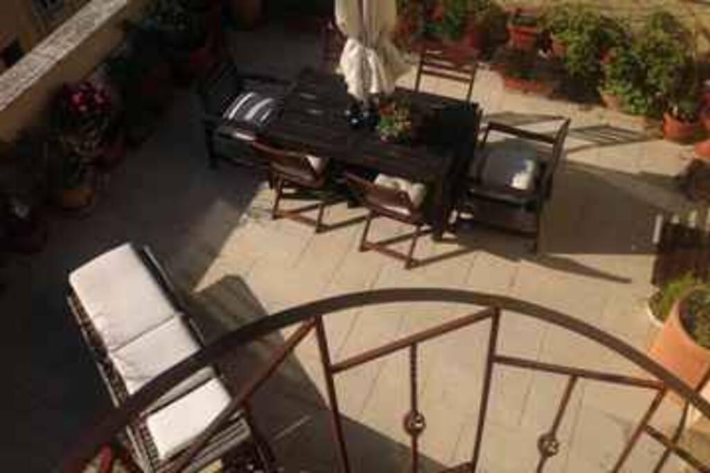 dalla scala a chiocciola si sale su un secondo terrazzo