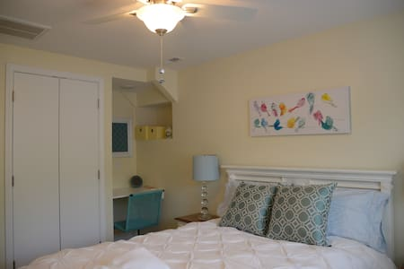 Private Room #2 - Walking Distance to VT! - Hus