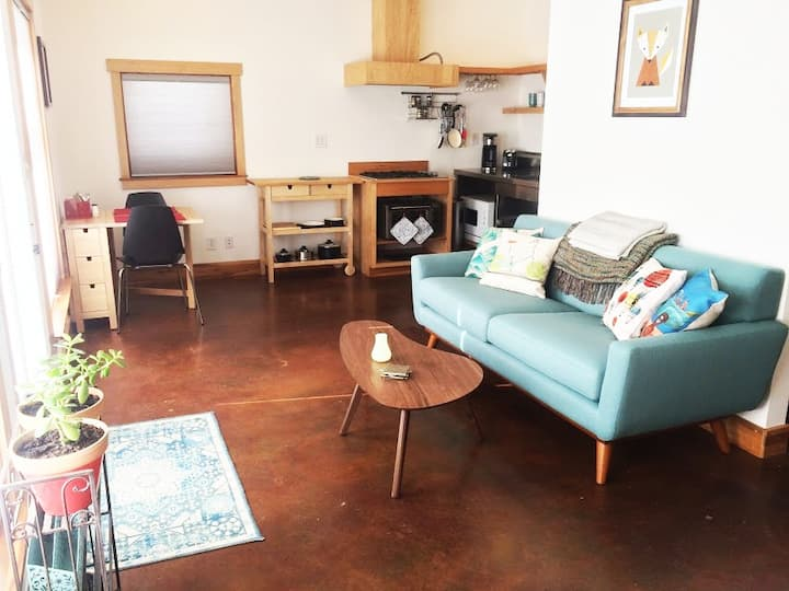 Sunny Studio Apartment Private Entry-Near Parkway