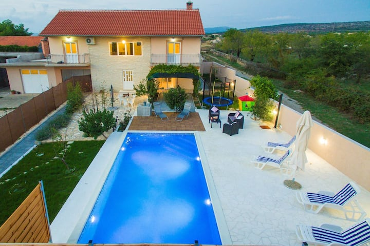 Beautiful Holiday Home in Lisicic with Swimming Pool