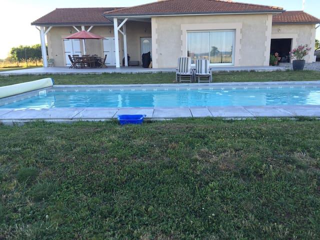 Villa moderne avec piscine - Montceaux L'Etoile
