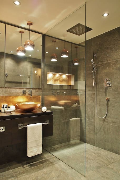 Bathroom, walk-in shower // Badezimmer, walk-in-Dusche