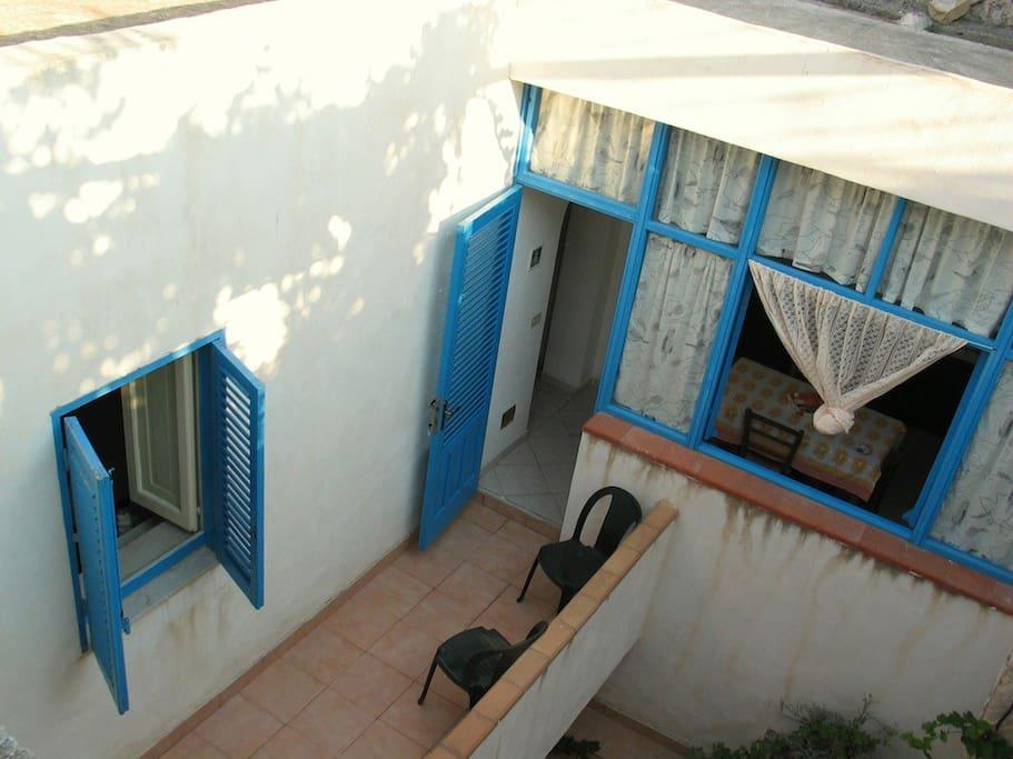 Ingresso con piccola veranda.