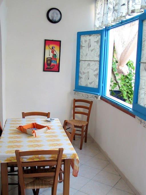 La cucina con ampia finestra.