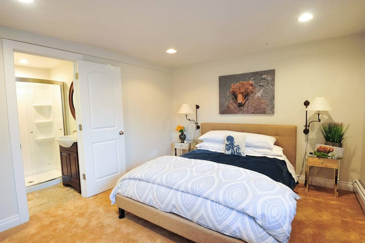 Swimming Bear Suite - Cranky Crow Bed and Breakfast