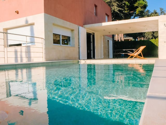 Spacious and sunny villa with views of the sea and the mountains.