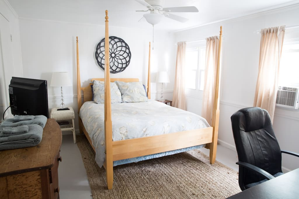 Queen size four-poster bed