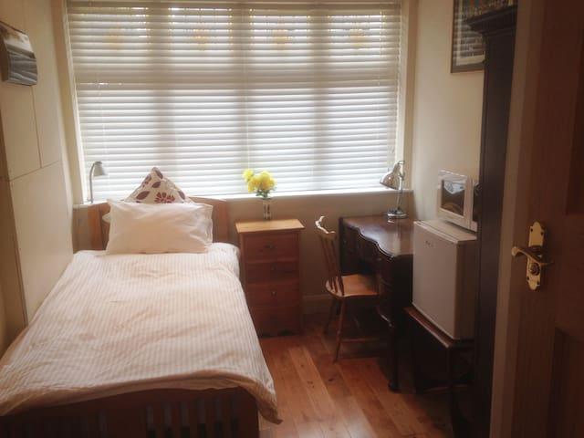 Self-contained, bed, study/work room, and en suite - Surbiton