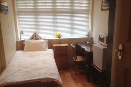 Self-contained, bed, study/work room, and en suite - Surbiton - 独立屋