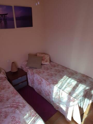 Habitación doble dos camas...armario empotrado, mesita de noche, ventilador de techo, almohadas, sabanas