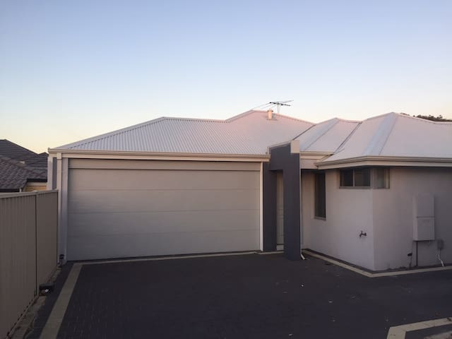 Modern Centrally located unit - Nollamara - Townhouse