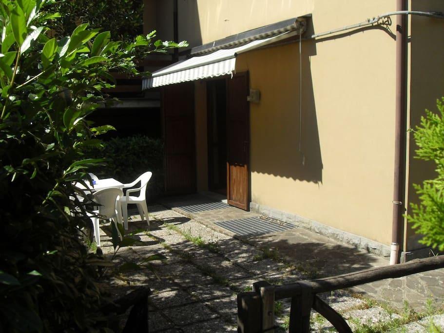 porzione di  giardino con tavolo e sedie