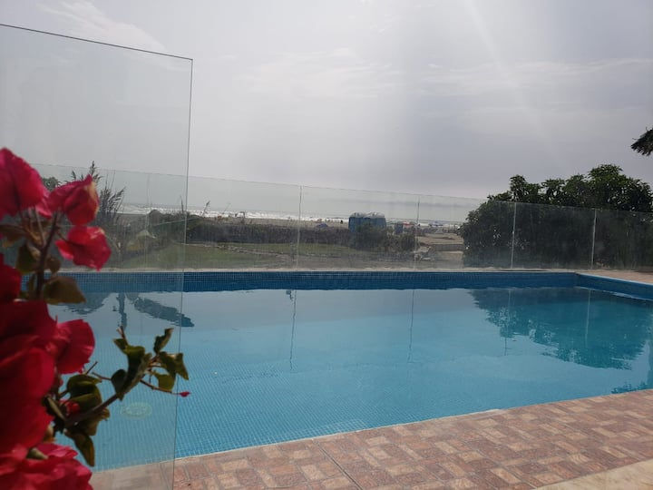 Habitación en linda casa c/piscina frente al Mar