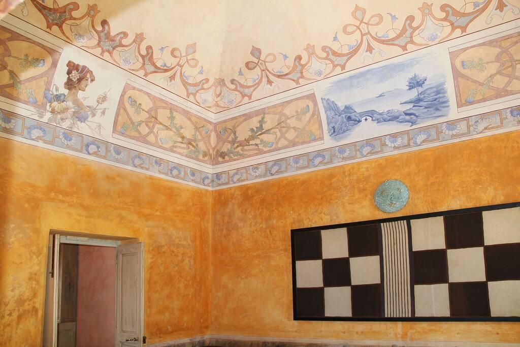 sala lettura con affreschi