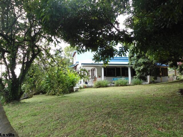 Les Bougainvilliers, Chambres d'hôtes dans villa - SAINT CLAUDE - Villa