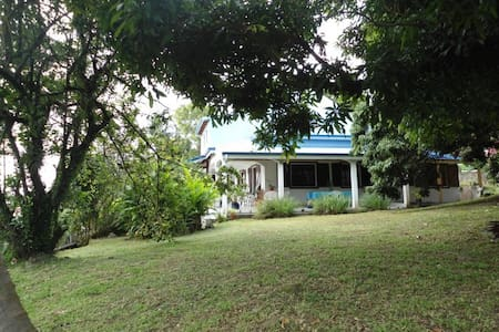Les Bougainvilliers, Chambres d'hôtes dans villa - SAINT CLAUDE