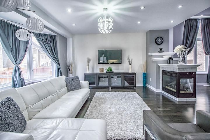 Spacious Luxury Home near Canada's Wonderland
