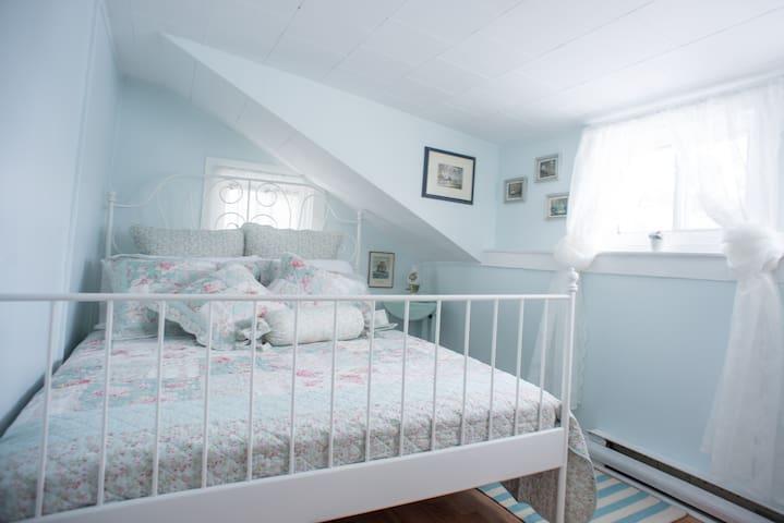 Suite North bedroom
