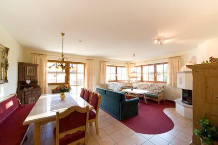 Mit Himmelbett, Kamin und Terrasse - Ehrwald - Apartment
