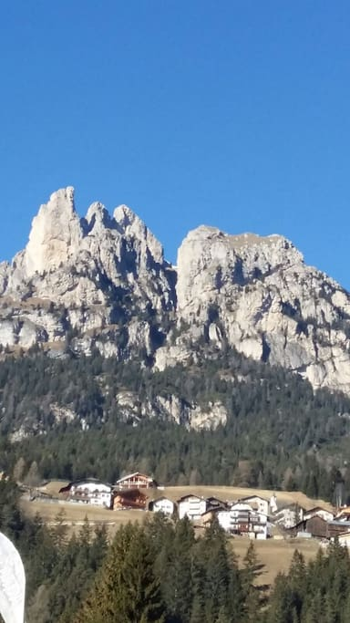 Le montagne sul cielo blu