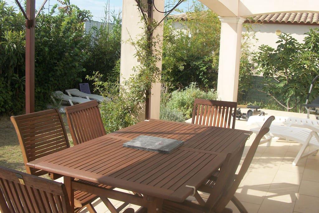 Villa bio climatique 100m2 jardin arbor 110m2 houses for Au jardin guest house welkom