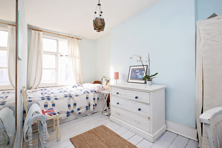 Room on Portobello Road Exeptional value for area - Kensington - Selveierleilighet